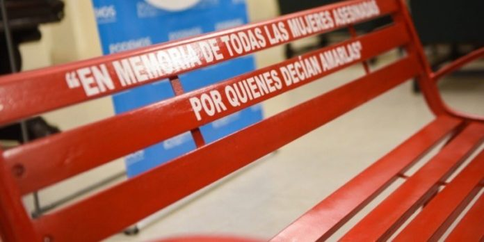 Víctimas de femicidios: Proponen  pintar de rojo los bancos públicos en su memoria
